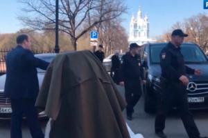 Активистов, оставивших у Смольного бетонный «мешок» весом в 300 кг, оштрафовали на 20 тысяч рублей