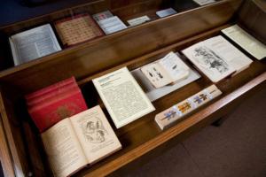 Музей Набокова хочет отделиться от СПбГУ, чтобы получить большой архив писателя из Швейцарии. Вуз хочет сам развивать музей. Что известно о конфликте