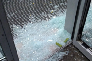 На матче «Зенит» — «Динамо» болельщики разбили стекло на стадионе в Петербурге, сообщают очевидцы