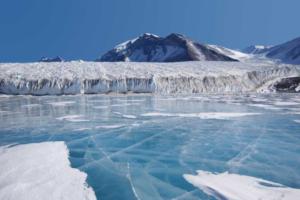 «Мы возвращались из экспедиции будто в другой мир»: полярник, подводник и путешественник — о том, каково месяцами жить без новостей и связи