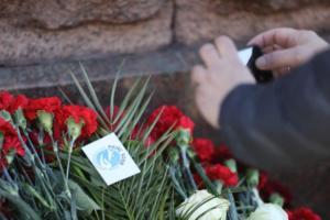 В Петербурге вспоминают жертв теракта в метро. Три фотографии возложения цветов и панихиды у «Технологического института»