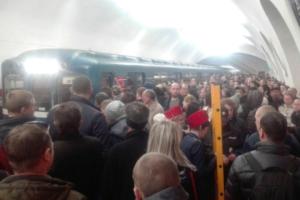 Поезда на красной линии петербургского метро задерживаются из-за технической неисправности