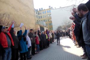 Петербуржцы выстроились в «живой щит» в защиту сквера в Кузнечном переулке