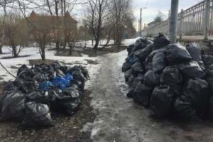 После зимы улицы и реки Петербурга завалены мусором. Горожане жалуются на грязь и сами выходят на уборку
