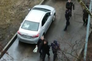 На юге Петербурга полиция открыла огонь по уходившему от погони микроавтобусу. В отношении водителя возбудили несколько уголовных дел