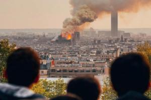 Собор Парижской Богоматери горит уже четыре часа. У здания обрушились шпиль и крыша, а прохожие плачут и поют «Аве Мария»