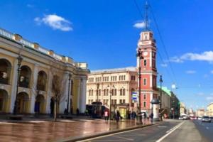 «Кто говорит, что Питер серый?»: петербуржцы радуются солнечному апрелю — катаются по рекам и греются на Дворцовой