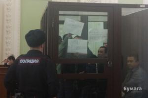 Обвиняемым по делу о теракте в петербургском метро запретили брать в суд бумагу после того, как они показали листы с надписями «Мы невиновны» и «Нас подставили» на заседании, сообщили правозащитники