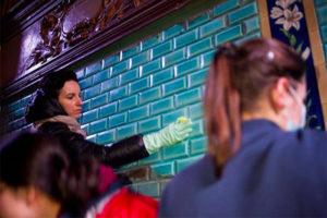 Петербуржцы регулярно сами отмывают витражи, полы и панно в исторических домах. Посмотрите, как проходят уборки парадных