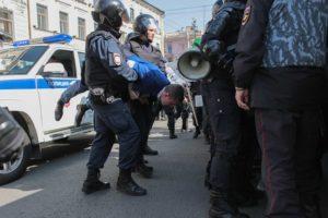 Как проходили задержания на согласованном первомайском шествии в Петербурге — в 20 фотографиях