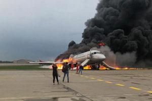 После трагедии в Шереметьеве тысячи человек потребовали запретить перелеты Sukhoi Superjet 100. Почему критикуют самолет и что говорят о его безопасности