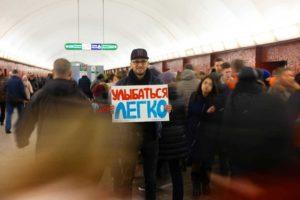Вы видели в метро человека с плакатом «Улыбаться легко»? Рассказываем, зачем петербуржец Павел Кацура уже полгода проводит эту акцию