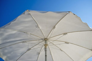 Как защитить кожу от солнца, почему возникает меланома и опасно ли иметь много родинок?