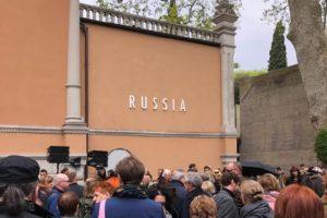 На Венецианской биеннале представили павильон России, который в этом году курирует Эрмитаж. Как выглядят инсталляции режиссера Сокурова и художника Шишкина-Хокусая