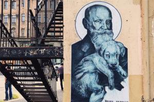 Это художник Андрей Владимиров, который расклеивает по Петербургу черно-белые портреты солиста «Кровостока» и академика Павлова в образе Мадонны с младенцем