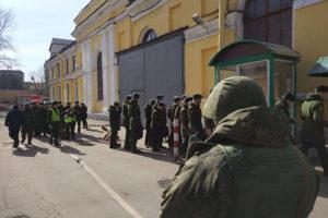 Преподавателя академии Можайского арестовали из-за взрыва в вузе, пишет «Коммерсант». Бывший сапер месяц лежал в больнице с контузией, а его жена сообщала о давлении