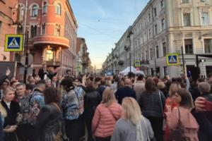 На перекрытой улице Рубинштейна прошла вечеринка юридического форума. Выступили Агутин и Леонидов, гости танцевали, а местные жители устроили протест