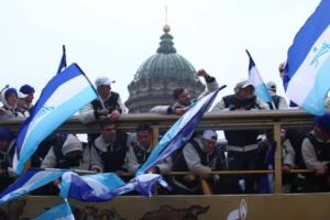 В Петербурге прошел чемпионский парад «Зенита». Как это было: фаершоу, фанаты на теплоходе и футболисты в золотом автобусе