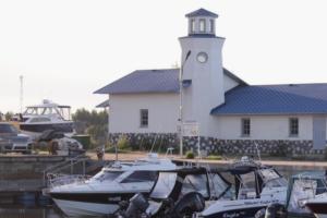 Небольшая база отдыха на берегу Ладоги, чтобы порыбачить, поесть копченой рыбы и сходить в музей «Дорога жизни»