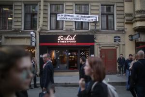 Как на Рубинштейна проходила акция протеста во время вечеринки юридического форума. Девять фото перекрытой улицы и плакатов на домах