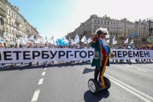 В Петербурге первомайское шествие обернулось массовыми и жесткими задержаниями. Как проходил праздничный марш на Невском и с чего начался конфликт протестующих и полиции