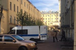 Полиция забрала из магазина Hangetsu Tea на Невском проспекте чай и технику, сообщил очевидец