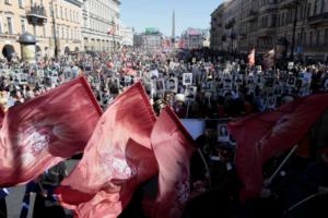 «Бессмертный полк» начинался как народная акция, но теперь на ее организацию влияют чиновники. Что сейчас происходит с шествием и как оно изменилось в Петербурге