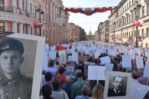 «Это непередаваемая атмосфера единства». Петербуржцы рассказывают, зачем каждый год ходят на «Бессмертный полк»