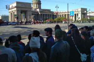 Невский проспект был перекрыт с 7 часов утра из-за парада, в том числе для пешеходов. Петербуржцы жаловались, что не могут попасть на работу