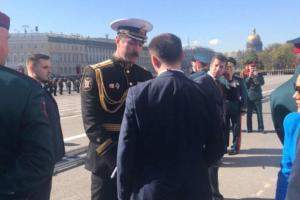 На Дворцовой во время парада произошел конфликт между военной полицией и «советником губернатора». Представившийся чиновником мужчина пытался провести людей на трибуны для ветеранов