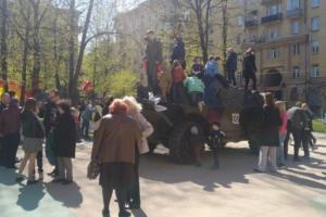 На детской площадке на юге Петербурга заметили БРДМ