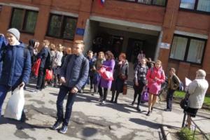 Накануне Дня Победы в Петербурге эвакуировали школы и детсады из-за угроз «отправить детей к воивавшим дидам», пишет «Фонтанка»