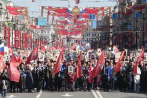 Тысячи петербуржцев идут по Невскому с портретами участвовавших в войне родственников. Одна фотография с шествия «Бессмертного полка»