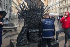 Смольный конфисковал копию Железного трона из «Игры престолов» рядом с аркой Главного штаба. На нем за деньги фотографировали прохожих