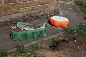 На юге Петербурга разрушили клумбы у детского сада. Представители сада винят водителей, паркующихся на этом месте