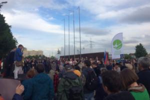 Около 200 петербуржцев вышли на митинг против строительства храма в Южно-Приморском парке. Они требуют референдум