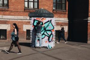 Петербургский художник создал «легальную» стену для стрит-арта. Он соорудил ее сам