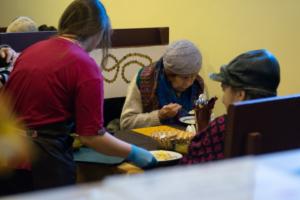Что известно о закрытии кафе «Добродомик» с бесплатными обедами для пенсионеров. Совладелица рассказала о штрафе в 700 тысяч из-за нарушений, в администрации это отрицают