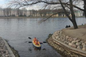 В этом месте на берегу Малой Невки приятно устроить пикник — даже ранней весной
