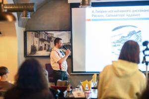 Психологи проводят благотворительные лекции в петербургских барах. Они собирают деньги на лечение коллеги, заболевшей раком