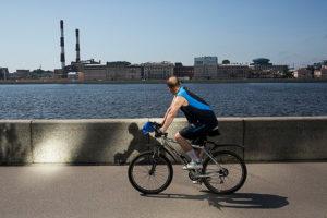 В Петербурге некоторые велосипедисты ездят по тротуарам — и это раздражает пешеходов. Что об этом говорят горожане, урбанисты и главы велоклубов
