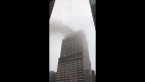 В Нью-Йорке вертолет врезался в здание. Людей эвакуировали