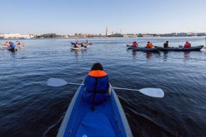 Джазовый теплоход, яхта и гидроцикл: одиннадцать альтернатив речному трамваю для отдыха на воде в Петербурге
