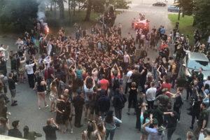 В Военно-медицинской академии выпускники устроили гуляния с дымовыми шашками — СМИ назвали это «дебошем». Сотрудникам вуза может грозить увольнение, а в соцсетях многие поддерживают курсантов