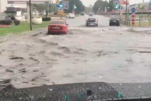 В Петербурге затопило улицы, бары, торговые центры и Боткинскую больницу. Как город переживает последствия ливня