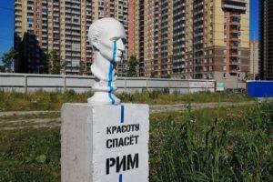 Художник Loketski создает стрит-арт на Парнасе: кулич из бетона, бюст Цезаря и инсталляцию с бордюром и поребриком. Он рассказывает о своем творчестве и проблемах района