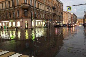 В Петербурге дожди затапливают дороги, кафе и вестибюли метро. Как с этим борется город и куда жаловаться на затопленный подвал?