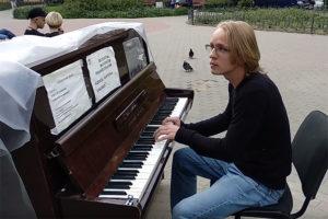 В Петербурге есть два уличных пианино. Одни горожане играют на них и устраивают танцы, другие жалуются на шум