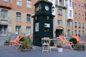 На Малой Конюшенной появилась зона отдыха с шезлонгами и деревянными столами