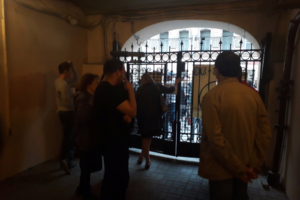 Полиция начала проверку после драки на улице Рубинштейна. Там произошел конфликт между сотрудниками бара и местными жителями